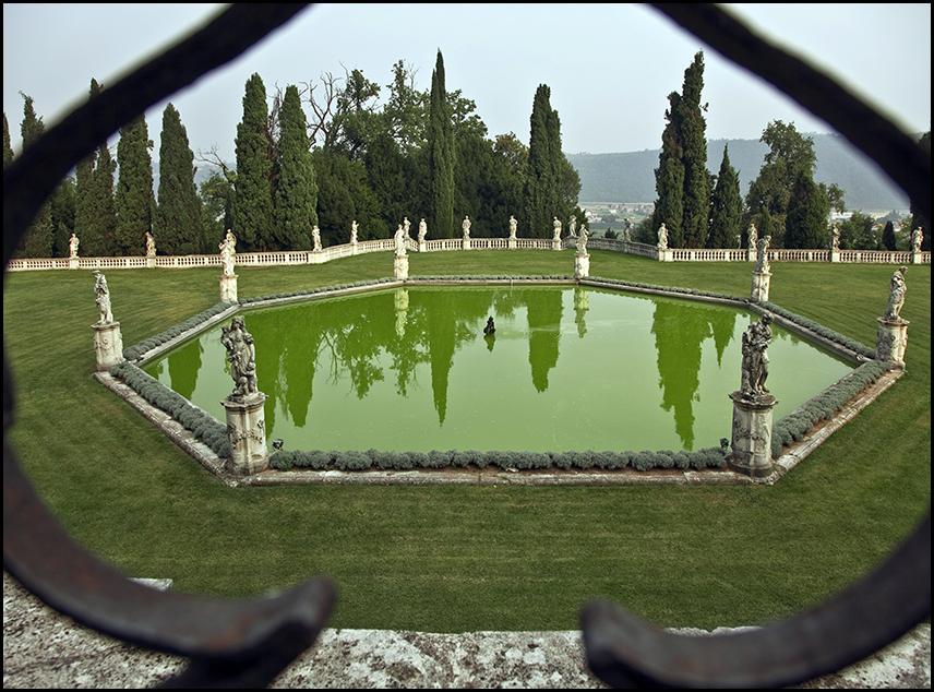 Pescheria ottagonale nel giardino della villa inferiore